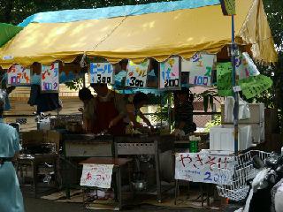 地域主催のテントも出ていて、やきそば200円と適正価格。だが今日はこれを回避。