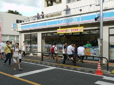 お祭りの近くのコンビニ。店の前にも漂うお祭りムード。