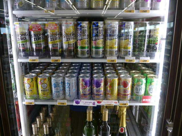 ようこそパラダイスへ!冷えに冷えたお酒がこんなに並んで、しかも甘い、それでいて一本200円以下、え、ビールじゃなくてこんなに甘いのに一本200円しない!?(※写真は別店舗にて)