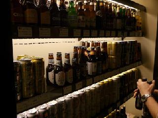 ビールは福岡の地ビール、ブルーマスター420円。これも屋台に近づいてきた。