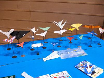 会場には、様々な折り紙ヒコーキが展示されたコーナーも