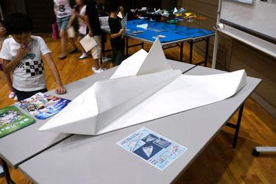 さらに、こんど宇宙から投下する予定だという折り紙ヒコーキも……デケエ!