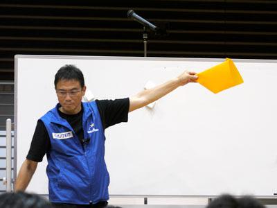 戸田さんの指導の下、競技で使う折り紙ヒコーキを折っていきます