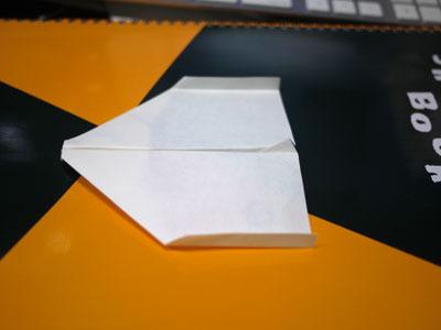 最後に翼の両端を垂直に折り曲げて完成!
