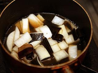 アクを取りながら煮込むこと30分くらい。煮えたら火を止めて冷めるのを待つ。