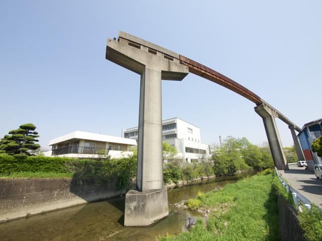 川沿いを進み、ここから大きくカーブを描いて、終着駅の手柄山へとのぼっていく。