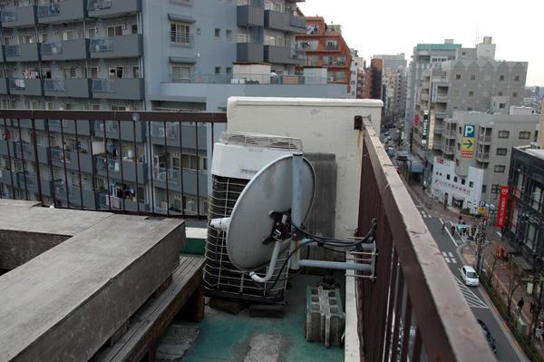 片隅にかろうじて残る素の屋上
