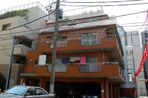 茶色の4階建てマンション