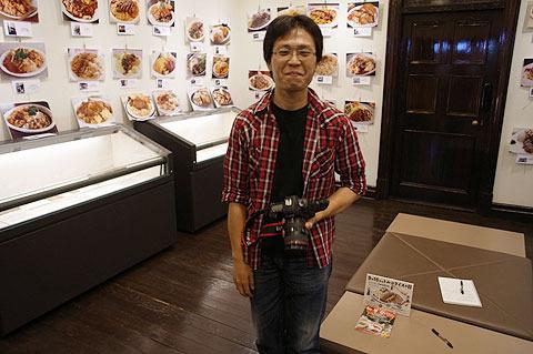 トルコライス写真展を開いた神崎貴彦さん。