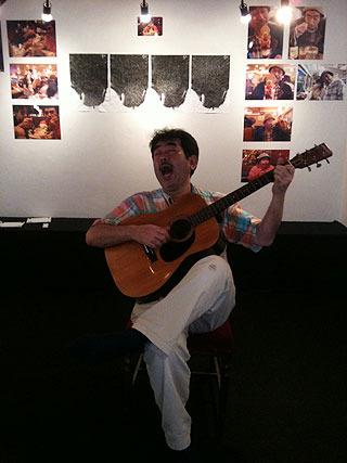 会場にてスカボローフェアを歌う川崎さん。 (さすがのフォトジェニックさ!)