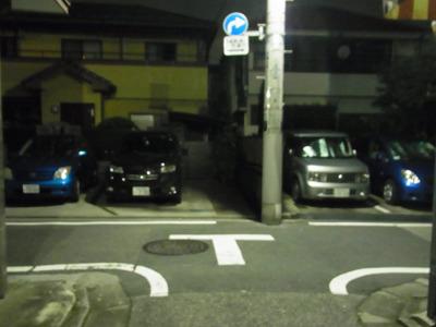 左右に同じ青い車。怖いー!(よく見たら違いましたけど)