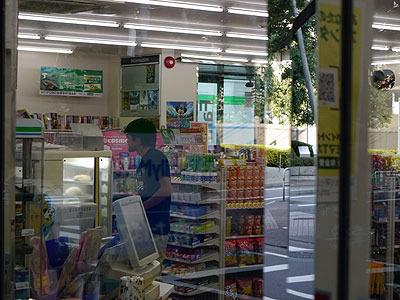 つづく安藤さんは熟考派。店内をさんざんうろうろしたのち、同じくなにかちいさい物を買って出てきた。