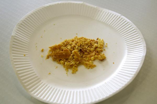 ヨーロッパの発酵バターをふんだんに使っているそうで、バターのかおりがすごい。粉々にしたことでかおりがいっそう強まった。粗挽きでパイの食感も残ってるし、これはおいしいぞ