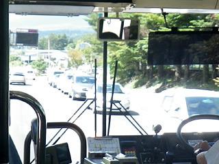 バスがすいているのは、みんな自家用車で来るからだ。すごい渋滞。