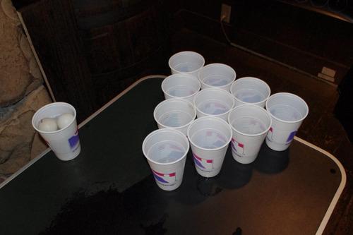 並べられたカップ、どこかボーリングぽくも見える。