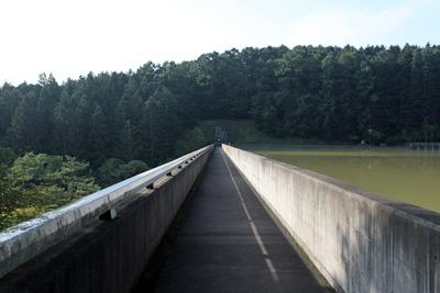 ダムの上はとても細い