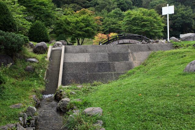 石を積んで造るロックフィルダムの特徴を見事に表している