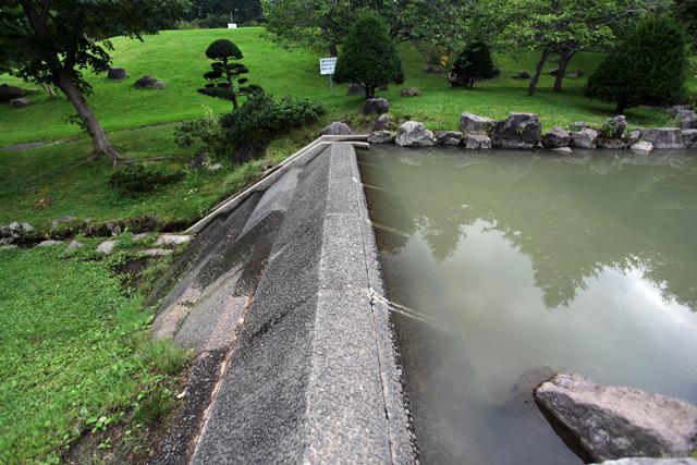 ちゃんと表面に石の模様をつけ、上流側もなだらかな斜面が続くこだわりが泣ける