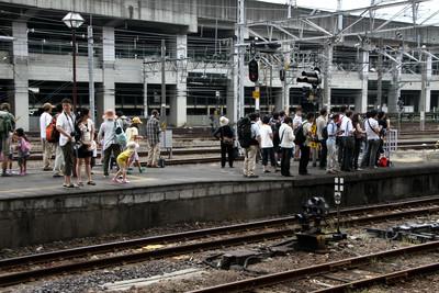 蒸気機関車を見る人々。大人気