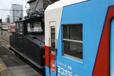 こんにゃく列車の後ろには、なんか黒くてゴツイものが