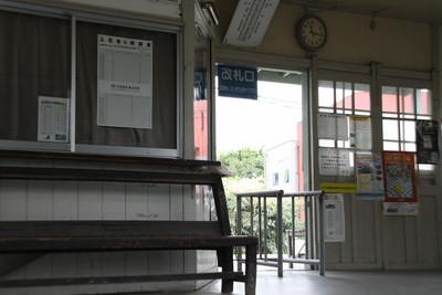 どの駅も、ベンチはほとんど木製だ