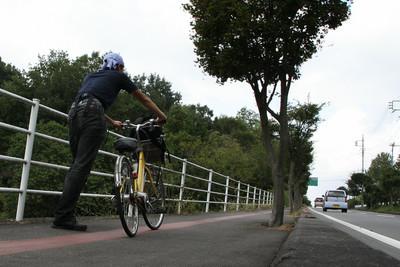 丘の上まで、えんやこらと自転車を押す