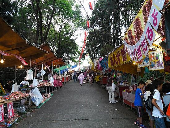 当日は生姜を売る屋台が並ぶ(左側が生姜売りの屋台)