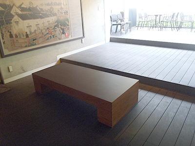 小さなベンチが1つだけの休憩所。更に奥には川沿いのテラス席があり日本橋が望めるが、そこは隣のレストランの物なので使用はできない。