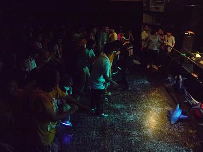 アイドルが飛んできたことで僕が放心していると、ファン達がステージから距離を置きだした。