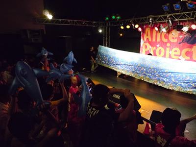 アイドルがステージに海を模した幕を張ると客席にイルカが飛ぶようになる。さきほど準備されていたあのイルカである。アイテムはもちろんファン自身が用意する(この後みんなでしぼませていた)。