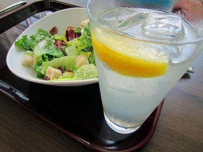 比較的安く、比較的すいていた店「Pista」で、レモンサワーなんか飲んでしまった。つまみはシーザーサラダ。おいしゅうございました。