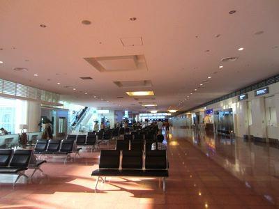 15時半過ぎには、空港に人がいなくなって、店がすいてきた。親子連れとかは、昼間に帰っちゃうもんなあ。