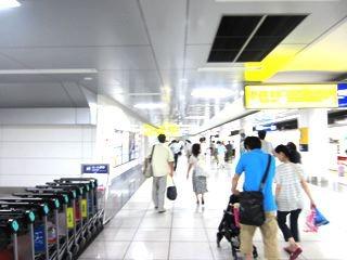 駅に着いたぞ、空港だー。