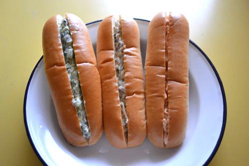 左から、野沢菜パン、ザーサイパン、キムチパン。シズル感はゼロ