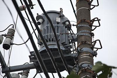 放熱フィンが格好良い変圧器。変圧器が付いている電柱は大体電力会社所有のものだという。