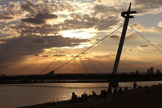 夕陽を眺めるカップル達は、等間隔を空けて2人ずつセットで座っていた。ここは鴨川か。