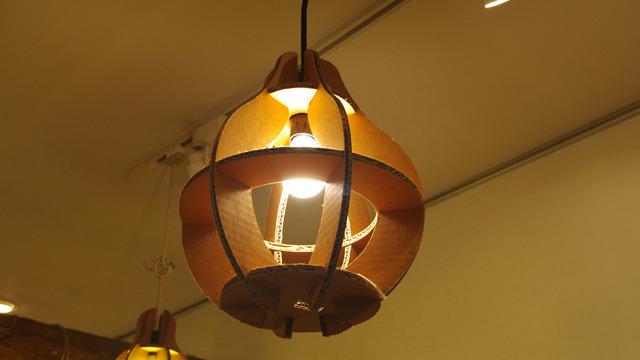 天井のランプまでダンボール製なのです。