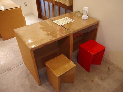 まずは机、椅子がダンボール製。
