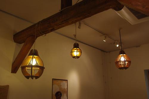 天井のランプもダンボール製。火じゃないから燃えません。
