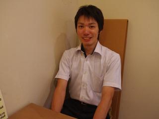 お話をうかがった島津さん。座ってる背もたれ長い椅子もダンボール製。