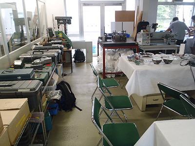 実験テーブルの周囲に色々な工具やボール盤、小型旋盤などが置いてある。懐かしい光景だね。なぜ懐かしいかと言うと、私は大学が工学部だったから。