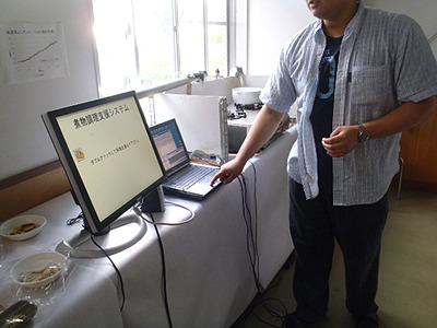 これがシステムの正体だ!テーブルの上にモニター、制御装置、パソコン、ガスレンジ!