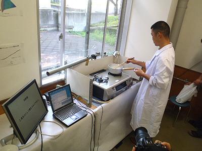 私もシステムに従って調理してみた。研究室で白衣着るのなんて十数年ぶり。