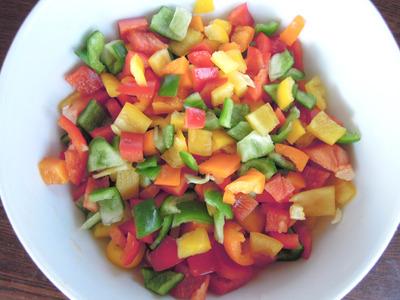 さらに赤ピーマンも入れてたら色とりどりすぎて落ち着かない。食材の色とりどりは3色が限界なのかもしれない