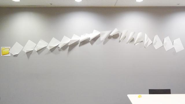 Windows 6(階の会議室の壁)