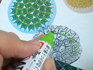裏からマーカーで色を塗っておく。「らしく」塗るのが結構楽しい。
