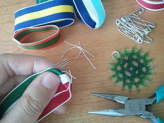 適当に針金で留め具を作って、組み立てる。