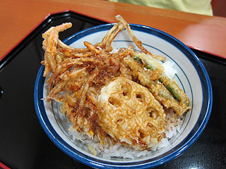 インゲン、レンコン、野菜かき揚げ+ご飯で370円。注文するときに「どんぶり仕立てにしますか?」と聞かれるので「はい」と言えばごはんに載せてタレも掛けてきてくれる。