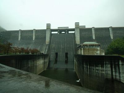 大雨の中の比奈知ダム