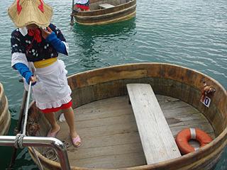 海女さんの格好ではなく、佐渡おけさっぽい格好をしたお姉さんが漕ぐらしい。ストッキング履いている。
